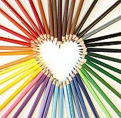 crayons créatifs en forme de coeur